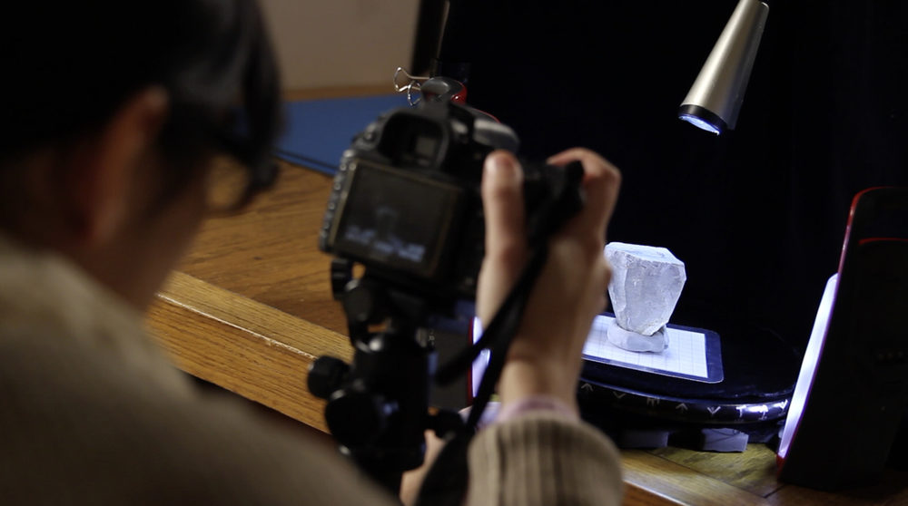 Samantha Porter demonstrating how to make 3D modelsusing photogrammetry