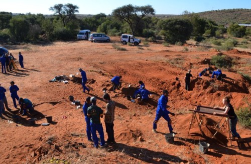 tudents from Sol Plaatje University on field school learn excavation techniques. (Photo courtesy Alex Sumner)